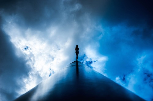 Striking Photos Demonstrate the Visual Power of Using Just Two Colors Colors: Black and Blue