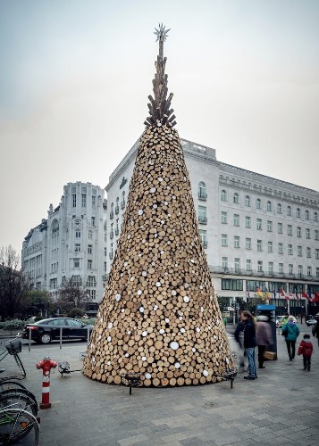 """Hungarian """"Charity"""" Tree Made with 5,000 Pieces of Firewood to Be Donated After Christmas"""