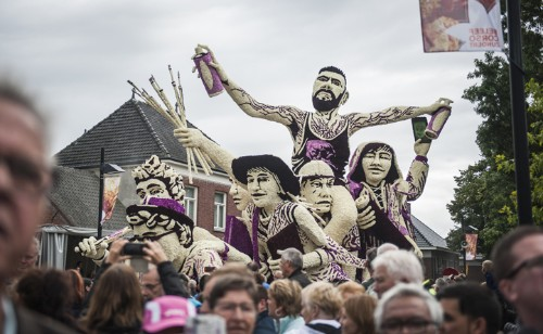 """Incredible """"Corso Zundert"""" Flower Parade Honors Vincent van Gogh with Giant Floral Floats"""