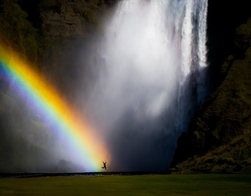 18 Photos of People Awestruck by the Beauty of Nature
