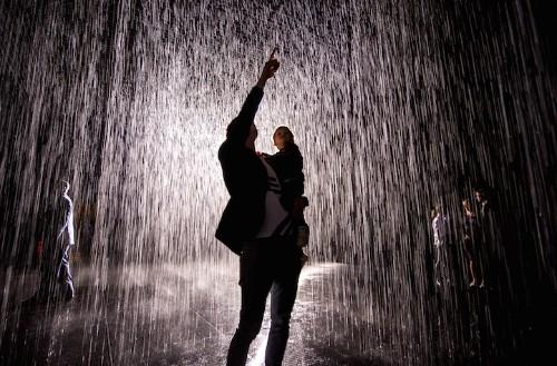 "Immersive Indoor ""Rain Room"" Where Visitors Don't Get Wet Arrives in Los Angeles"