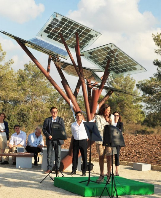 """Solar-Powered """"eTree"""" Provides a Restful Phone Charging Station with Free Wi-Fi"""
