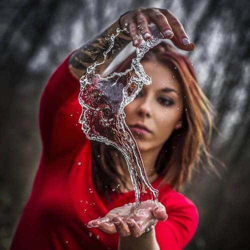 """Photographer Captures """"Water Bender"""" Turning Liquid into Sculptures Between Her Hands"""