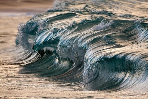 Photographer Perfectly Captures Magnificent Cresting Waves