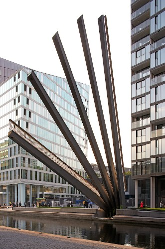 Kinetic Bridge in London Opens and Closes Like a Traditional Hand Fan
