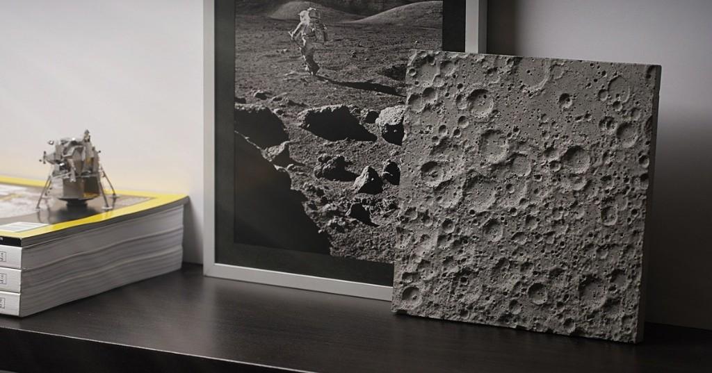 """Lleva la Luna a tu escritorio con este """"pedazo de superficie lunar"""" diseñado con datos de la NASA"""