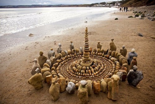 Land Artist Arranges Stones and Leaves Into Mesmerizing Mandalas and Spirals