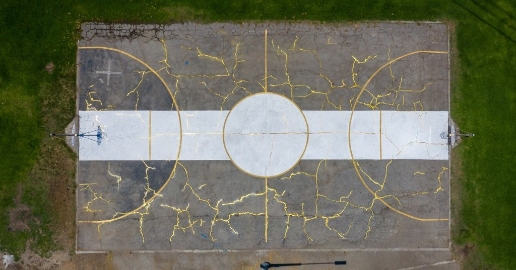Artist Uses Japanese Art of Kintsugi to Fill in Basketball Court's Cracks With Gold