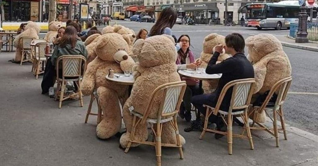 Este café parisino usa osos de peluche gigantes para garantizar la sana distancia