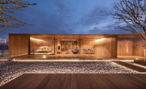 Arquitectos transforman una azotea vacía en una casa contemporánea