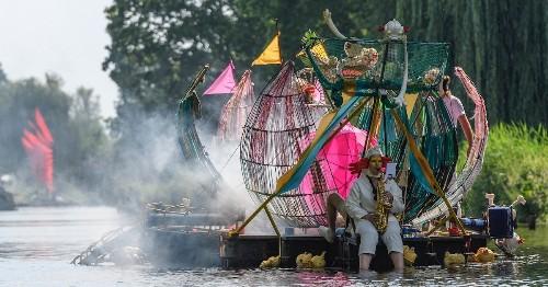 La obra del Bosco cobra vida en un espectacular desfile flotante