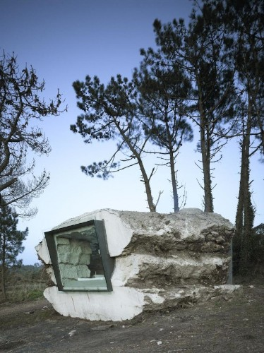 Minimalist Vacation Home is Fashioned Inside Concrete Rock