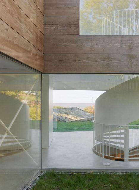 Modern Home's Transparent Ground Floor Radiates at Night