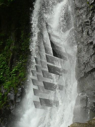 "Geometric Metal Triangles ""Redraw"" the Shape of a Waterfall"