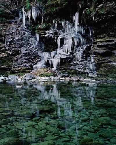 Beautifully Otherworldly Photos of Frozen Waterfalls in Japan