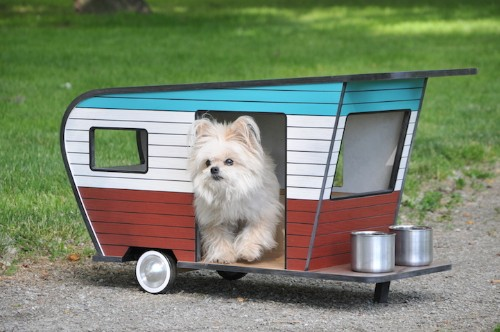 "Adorable ""Pet Camper"" Is a Miniaturized Trailer for a Small Dog"