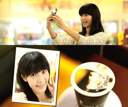 Creative Coffee Shop Prints Edible Self-Portraits on Lattes