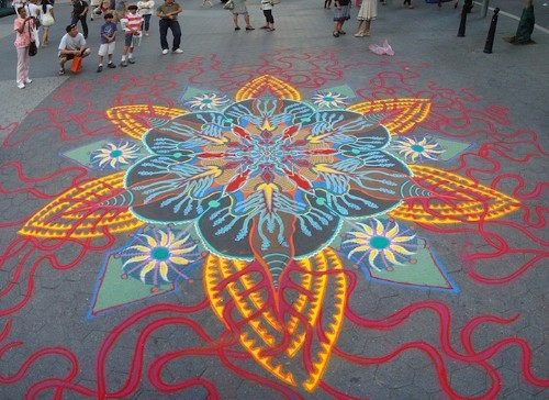 Man Spontaneously Creates Incredible Sand Paintings by Hand