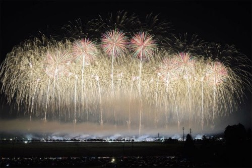 "Spectacular ""Light Bouquets"" Captured From Japan's Summer Fireworks Festivals"