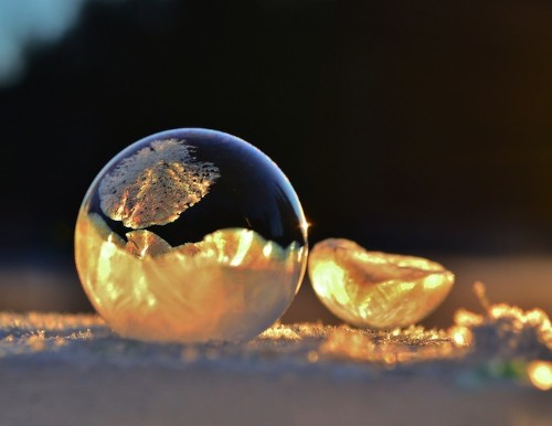 Spectacular Photos of Bubbles Frozen in Frigid Temperatures