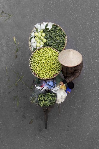 Photographer Spends Hours on Bridges to Capture Colorful Overhead Portraits of Street Vendors
