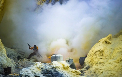 Photographer Documents the Strenuous Labor of Sulfur Miners at Indonesia's Kawah Ijen Volcano