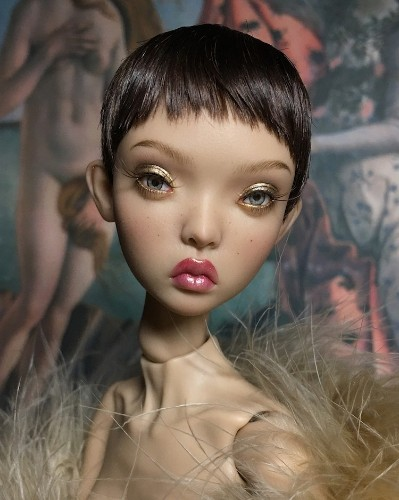 """Artist """"Wipes Off"""" Makeup From Mass-Produced Dolls to Reveal Super Realistic Faces"""