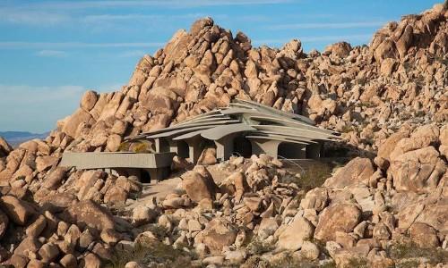 Stunning Modern House Blends in with Joshua Tree's Desert