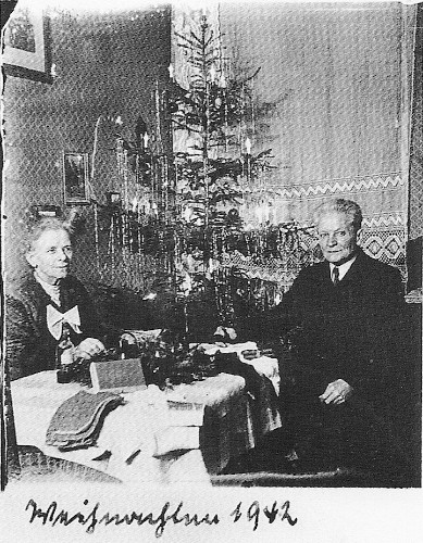 Couple's 42 Annual Christmas Portraits Starting from 1900