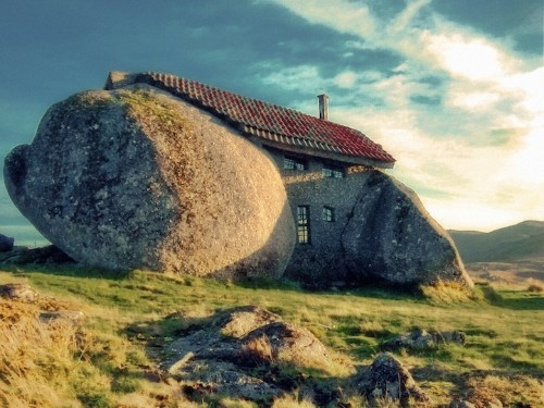 Flintstones-Inspired Stone House (2 pics + video)