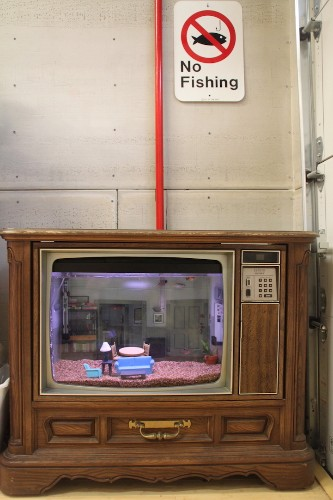 Old TV Converted into Fish Tank Resembling Seinfeld's Apartment