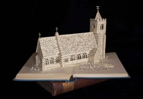 Artista construye narrativas tridimensionales con libros antiguos
