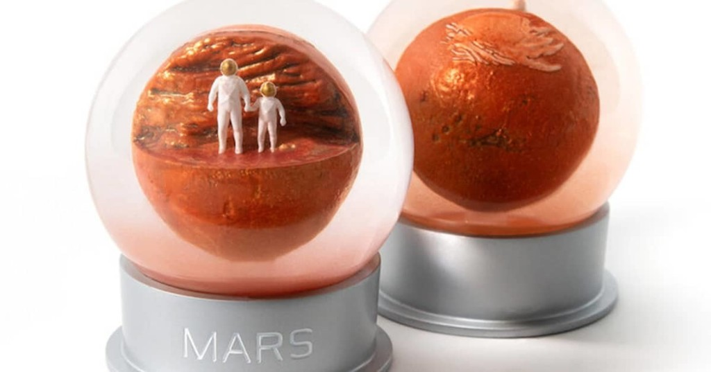 """Immerse Yourself in the Beauty of the """"Red Planet"""" With This Awesome Mars-Themed Snow Globe"""
