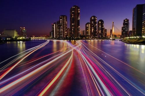 Gorgeous Long Exposures of Boats Down Tokyo's River
