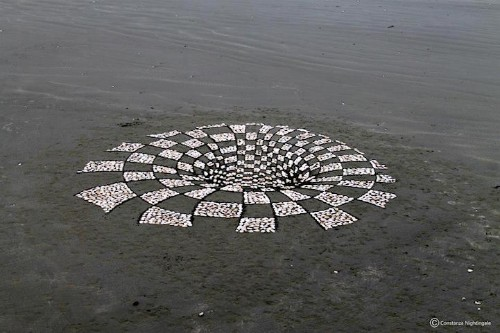 Illusional Sand Art Looks like a Hole to Another Dimension