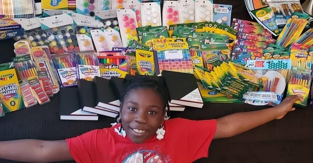 Una niña de 10 años reparte más de 1,500 kits de arte a niños necesitados durante la pandemia