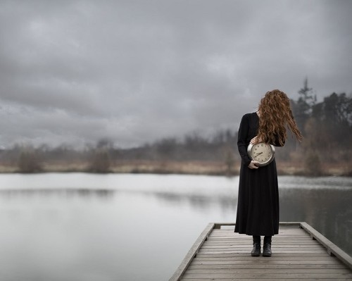 Interview: Captivating Portraits of Mysterious Faceless Women by Patty Maher