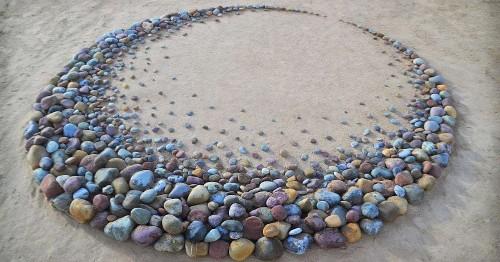 Land Artist Surprises Beach Goers By Leaving Striking Stone Arrangements Along the Coast