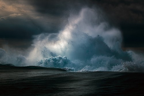 Interview: Photographer Spends 10 Years Capturing the Visual Symphony of Waves