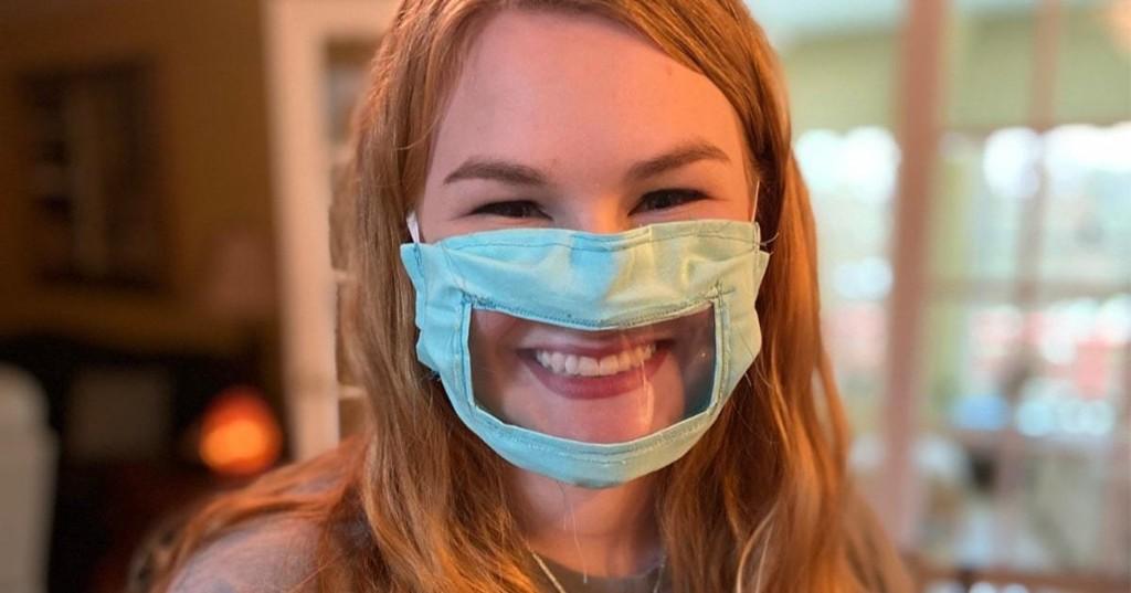 Estudiante universitaria diseña una mascarilla especial para personas sordas