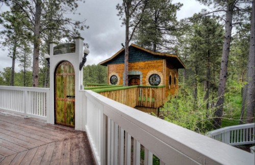 "Lord of the Rings-Inspired Hotel Invites Guests to Live in a ""Hobbit Treehouse"""