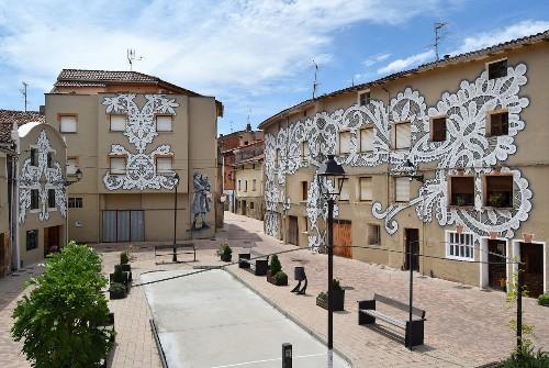 Artistas urbanos revitalizan una plaza en España con murales