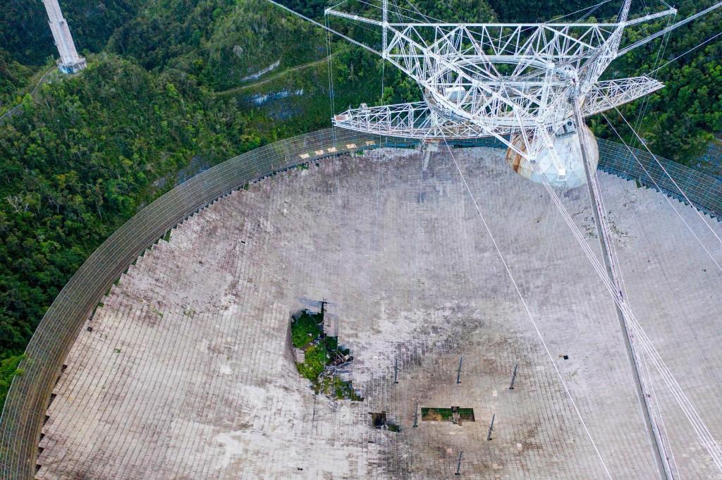 Iconic radio telescope in Puerto Rico collapses