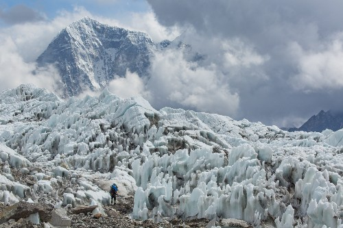 Chinese Woman Becomes First to Summit Everest After Avalanche