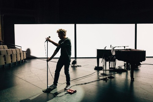 """Strangers on a Train: Gabriel Kahane's Wrenching """"Book of Travelers"""""""