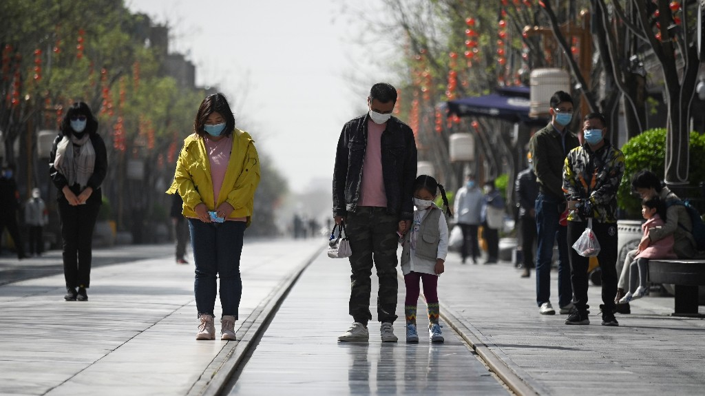 Heads Bow And Sirens Wail As China Observes Day Of Mourning Amid Pandemic