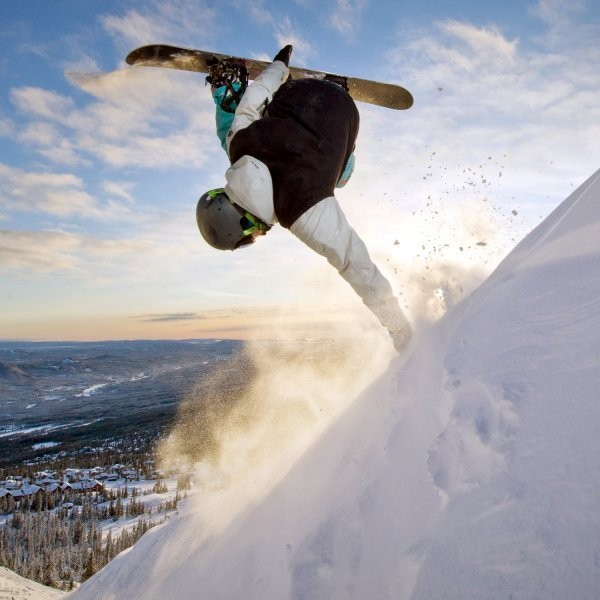 Which is a Better Workout: Skiing or Snowboarding?