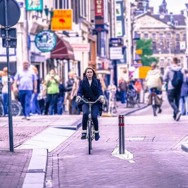 The Case for Ditching the Bike Helmet Isn't What You'd Expect