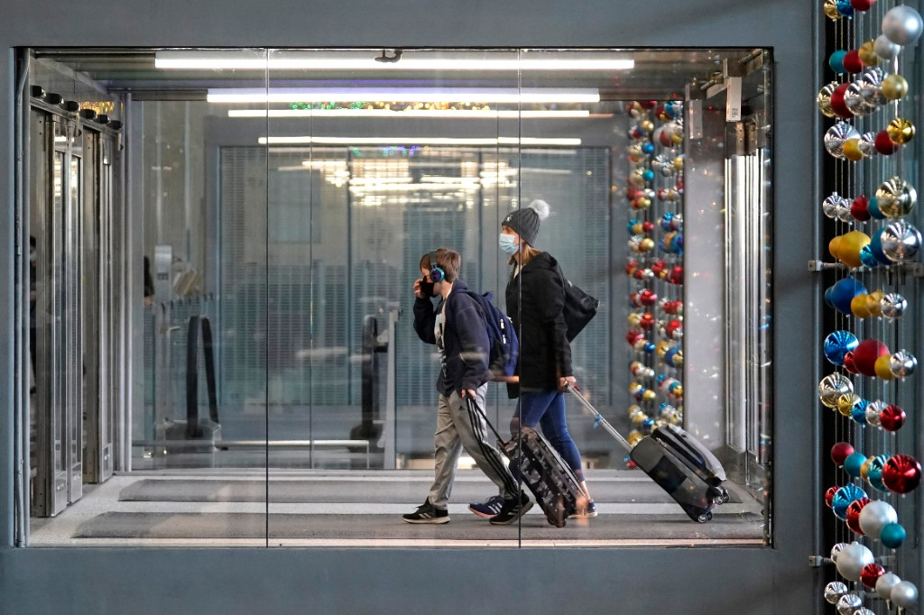 CDC recommends postponing holiday travel as Covid surges
