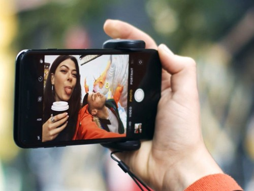 ShutterGrip makes your smartphone photos sharper and your videos smoother